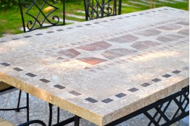 Tables en mosaiques d 39 int rieur ext rieur en pierre - Table de jardin en carrelage ...