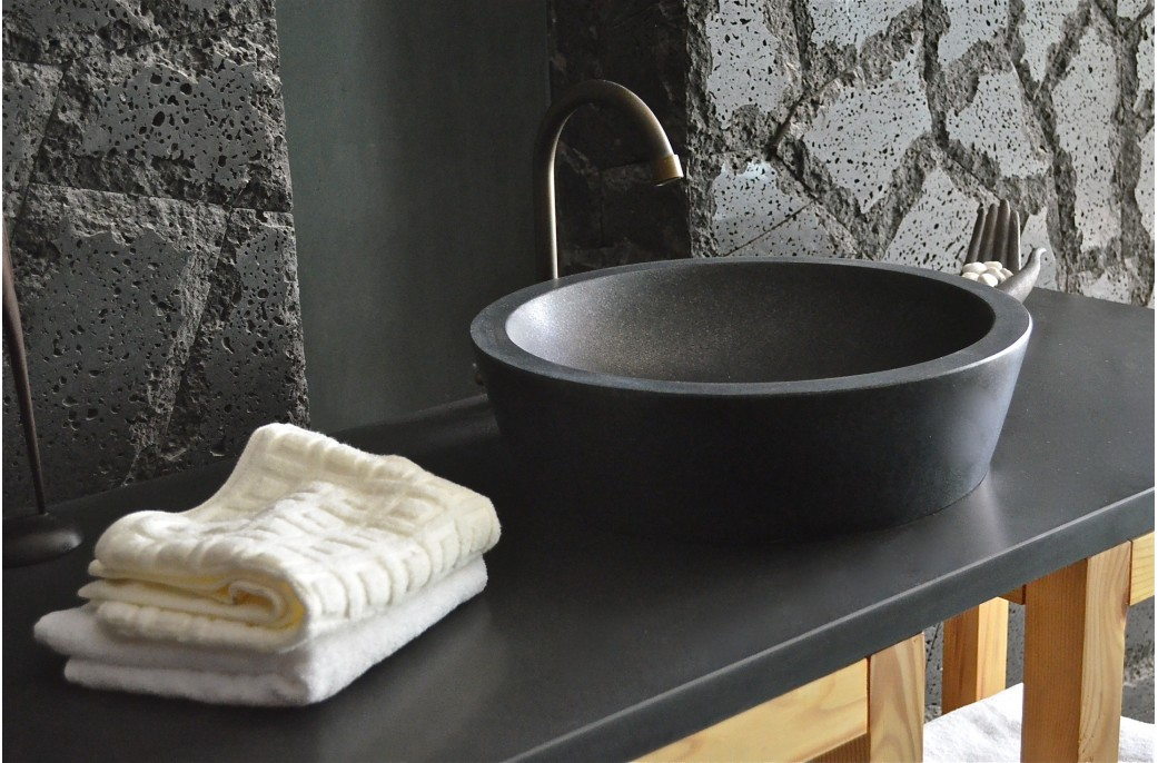 Vasque en pierre ronde leaf shadow en granit noir tr s for Vasque salle de bain a encastrer